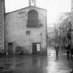 Vista de la capella de Santa Anna i del carrer Santa Anna des de la plaça de la Caserna on ara es troba la llibreria