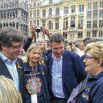 Puigdemont conversa amb Pallarès, dijous al matí durant la seva visita a la Grand Place de Brussel·les