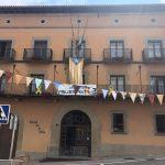 Les banderes a l'Ajuntament de Tona, a mig pal en senyal de dol