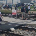 Usuaris del tren creuant la via a Balenyà