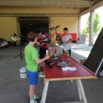 Nens del casal arreglant bicicletes