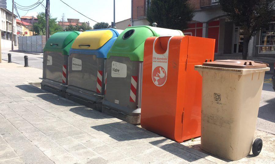 El contenidor d'oli al carrer Enric Prat de la Riba de Torelló