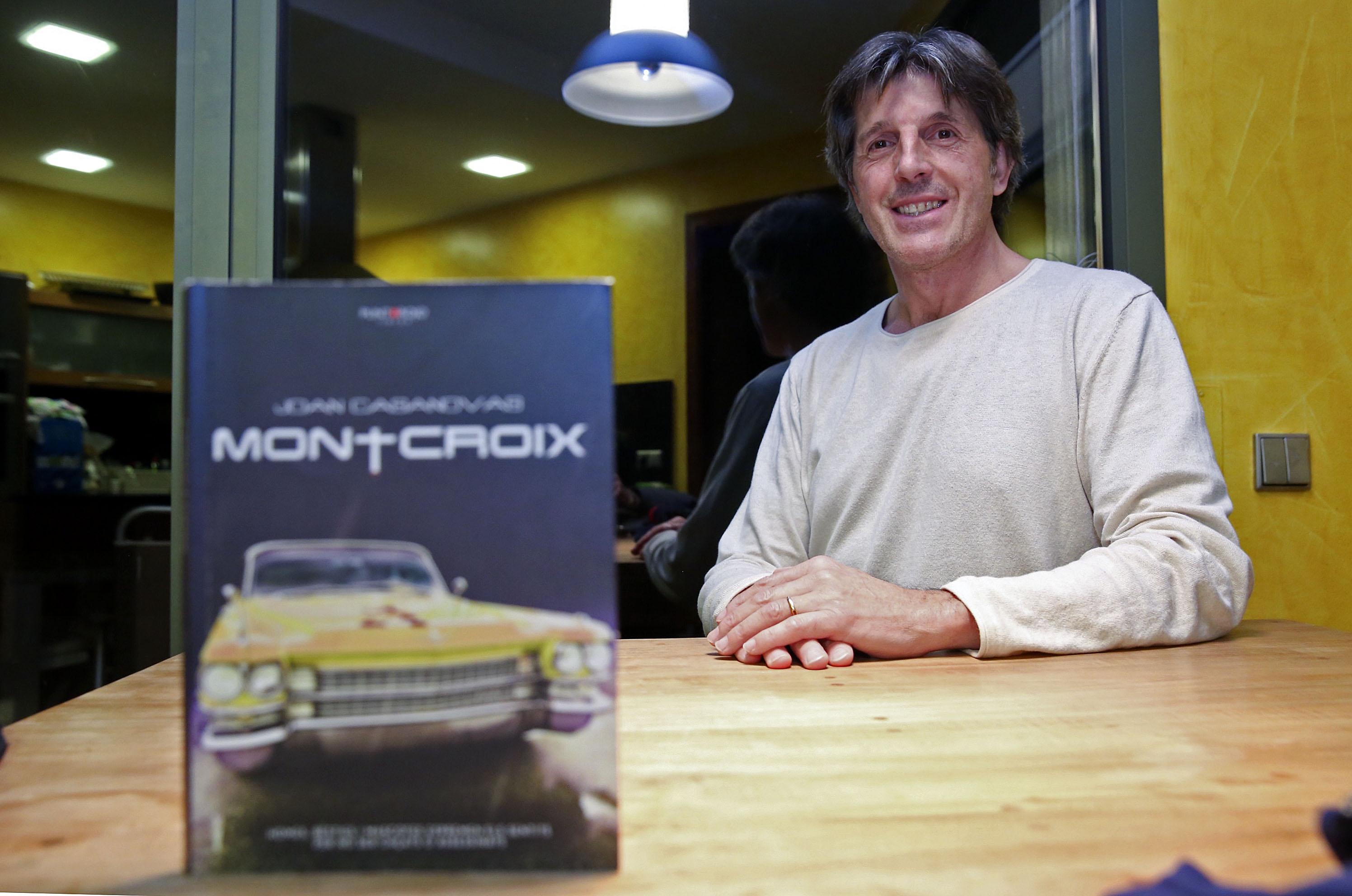 Joan Casanovas amb la seva novel·la, 'Montcroix'