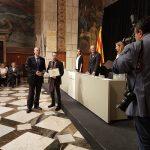 L'alcalde Àlex Garrido i Pol Robles, d'Artkham Studio rebent el premi