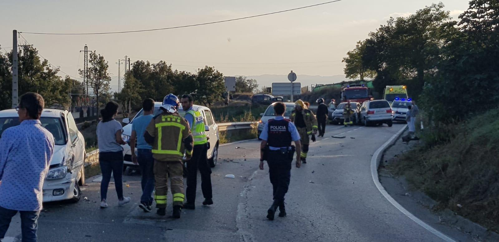 Els serveis d'emergències treballant al lloc de l'accident