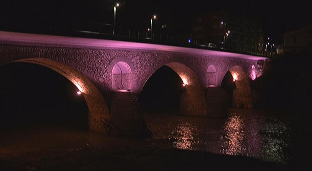 El pont de Manlleu il·luminat, aquest divendres al vespre