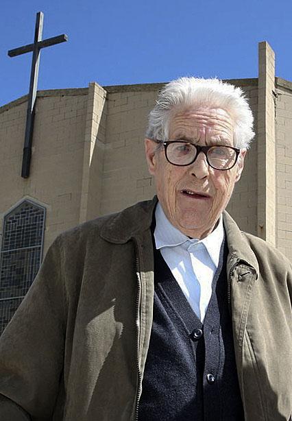 Jordi Vila, l'any 2014 davant la parròquia de Sant Pau