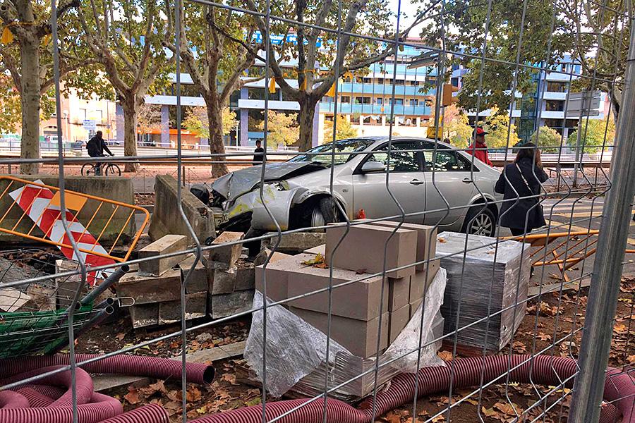 El vehicle ha quedat encastat contra les proteccions de les obres