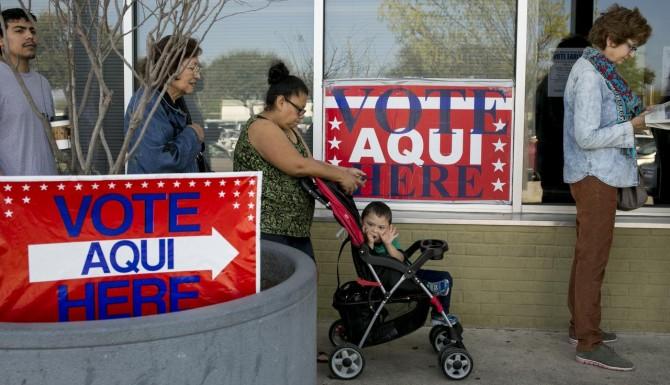 Votants accedeixen a exercicir el seu dret a vot a Texas.