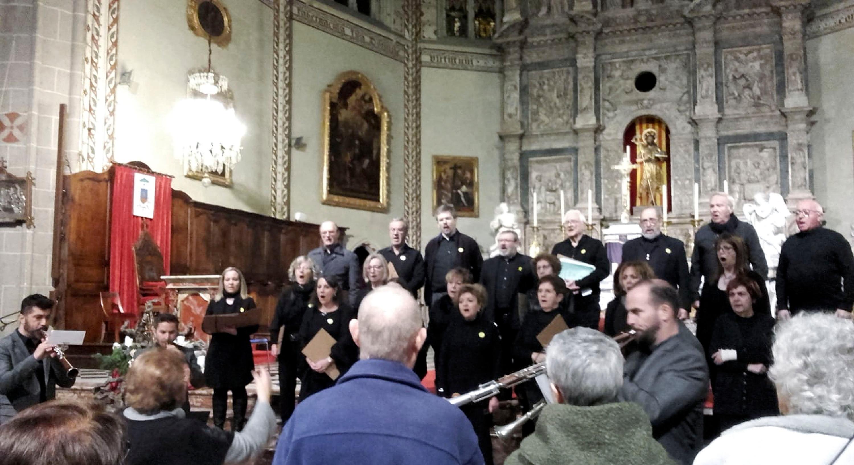 La formació ripollesa, que acaba de celebrar el 125è aniversari, va oferir una part del concert en solitari, sota la direcció de Teresina Maideu