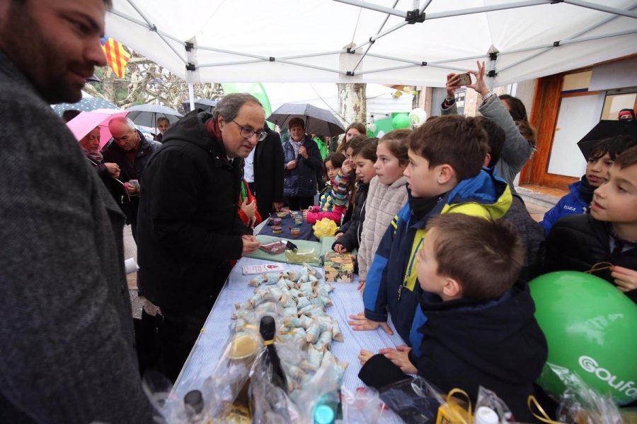 El president de la Generalitat, Quim Torra, amb alumnes de l'escola FEDAC Prats