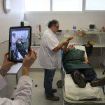 Doctors realitzant el Teleictus amb un pacient