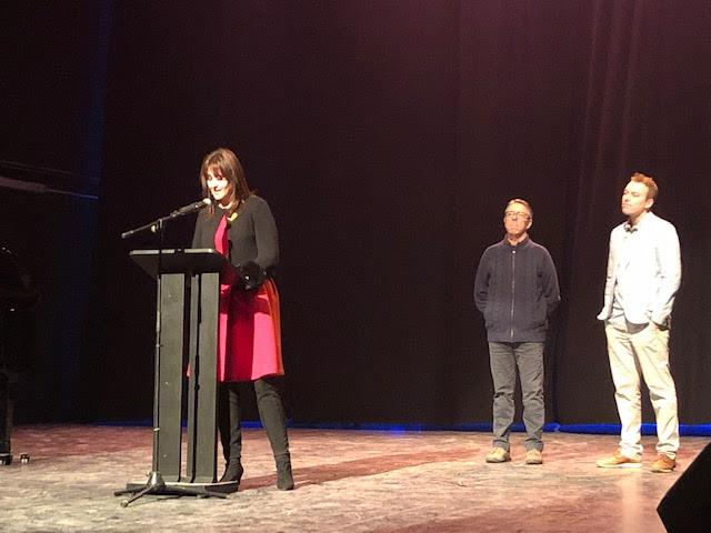 La consellera Laura Borras, dalt de l'escenari, amb el president del Centre, Emili Jané, i l'alcalde, Àlex Garrido