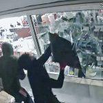 Els lladres rebentant la vitrina on hi havia els mòbils exposats