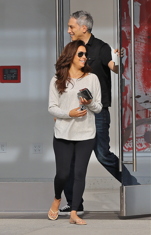 Eva Longoria juggles two cellphones