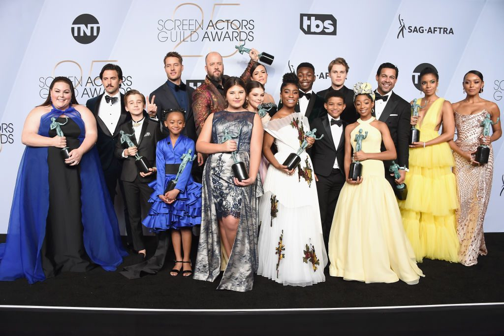 LOS ANGELES, CA - JANUARY 27:  (L-R) Chrissy Metz, Milo Ventimiglia, Parker Bates, Justin Hartley, Faithe Herman, Chris Sullivan, Mackenzie Hancsicsak, Hannah Zeile, Mandy Moore, Lyric Ross, Niles Fitch, Lonnie Chavis, Logan Shroyer, Eris Baker, Jon Huertas, Susan Kelechi Watson, and Melanie Liburd pose in the press room with awards for Outstanding Performance by an Ensemble in a Drama Series in 'This Is Us' during the 25th Annual Screen Actors Guild Awards at The Shrine Auditorium on January 27, 2019 in Los Angeles, California. 480645  (Photo by Gregg DeGuire/Getty Images for Turner)