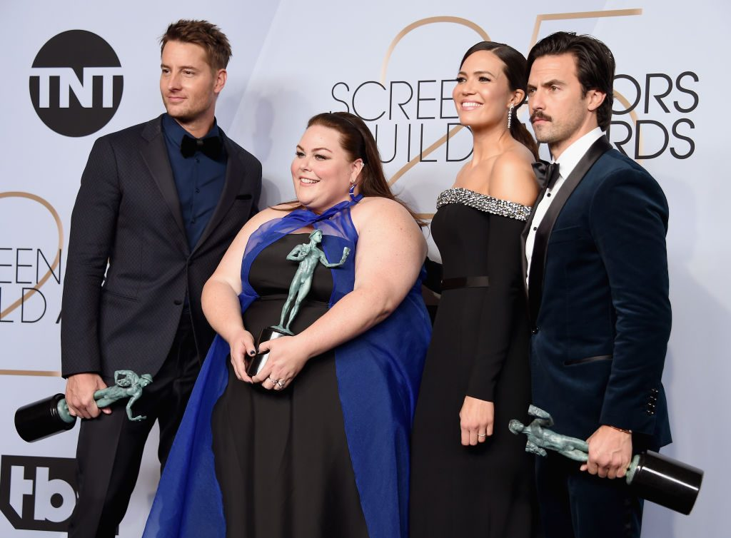 LOS ANGELES, CA - JANUARY 27:  (L-R) Justin Hartley, Chrissy Metz, Mandy Moore, and Milo Ventimiglia pose in the press room with awards for Outstanding Performance by an Ensemble in a Drama Series in 'This Is Us' during the 25th Annual Screen Actors Guild Awards at The Shrine Auditorium on January 27, 2019 in Los Angeles, California. 480645  (Photo by Gregg DeGuire/Getty Images for Turner)