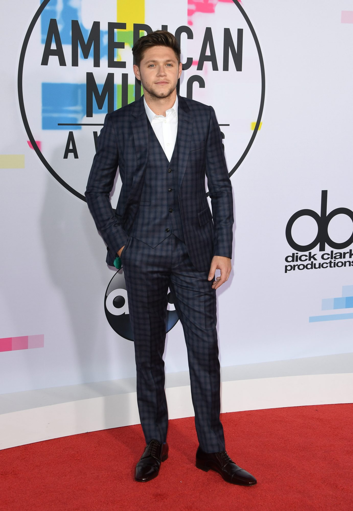 Singer Niall Horan arrives at the 2017 American Music Awards on November 19, 2017, in Los Angeles, California. / AFP PHOTO / Mark Ralston        (Photo credit should read MARK RALSTON/AFP/Getty Images)