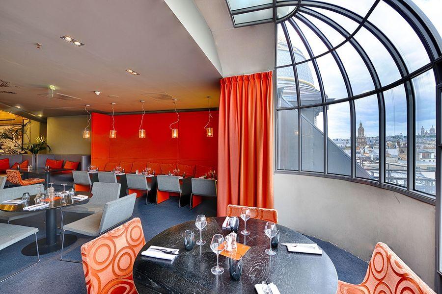 Brasserie Printemps - Table avec vue sur Paris