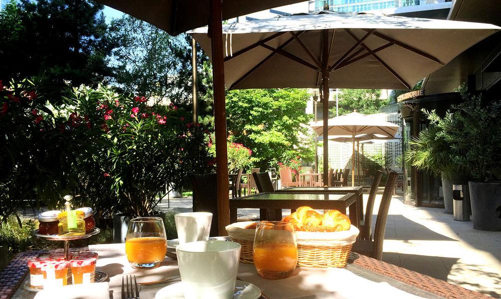 Fraser Suites Harmonie - Petit déjeuner en terrasse