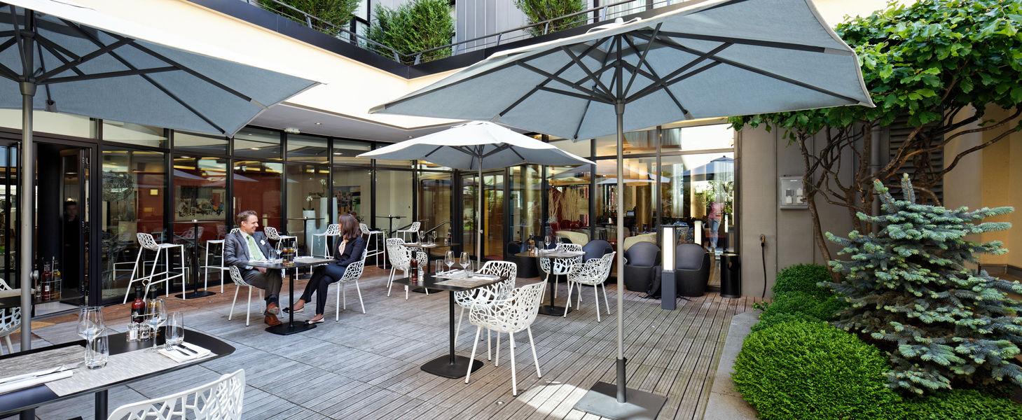 Courtyard by Marriott Paris Boulogne **** Le patio attenant au restaurant pour vos pauses, déjeuners, cockatils ou diner