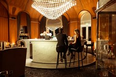 hotel-5-stars-luxury-palace-bar-couple