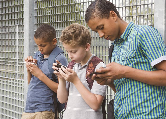 smartphone addiction teenager Teens are extremely vulnerable to developing a cell phone addiction the human brain isn't fully developed until about 25 years of age adolescents who become dependent on their smartphones could experience negative alterations in brain development.