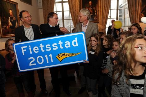 's-Hertogenbosch is Fietsstad 2011. Op de foto Hugo van der Steenhoven, directeur van de landelijke Fietsersbond, wethouder Jan Hoskam en Bert-Jan Kollmer, lid van de jury.