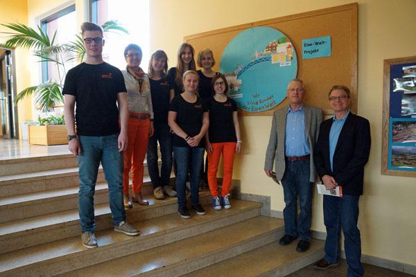 Schulleiter Raimund Frühbauer (KSW) und Robert Heer (BHS) zeigen sich beeindruckt von dem, was Sonja Opfermann mit ihren Schülern erarbeitet hat.