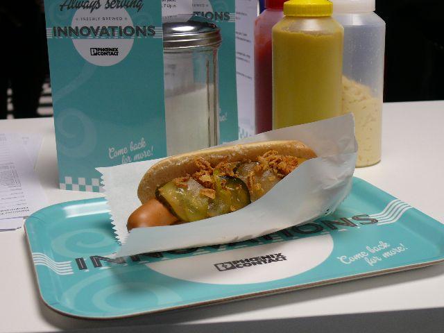 Hot Dog serviert auf einem gebrandetem Tablett
