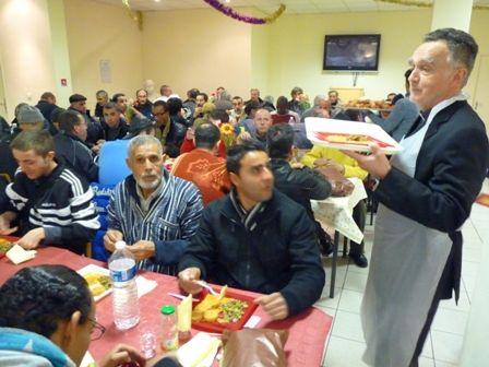 Pour le soir de Noël, plusieurs bénévoles viennent servir les personnes accueillies et faire la fête avec eux.