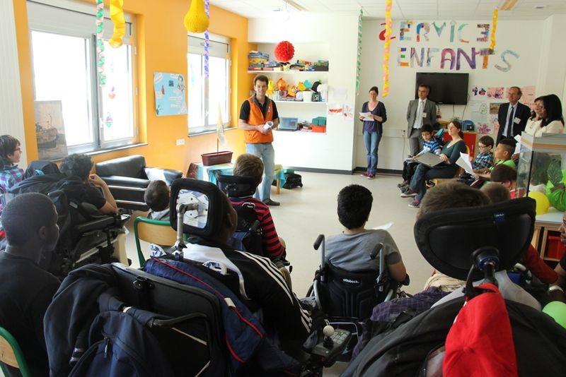 Antoine Michel expliquant son projet aux enfants du Centre