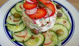 Tartare de saumon, fraises, tomates, concombre, radis et yuzu