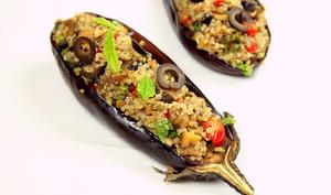 Aubergines farcies au quinoa, champignons, poivron, olives et menthe