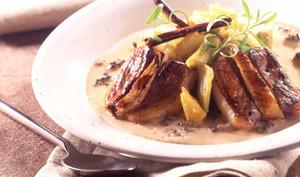 Tournedos de magret fourrés au foie gras,  sauce crémeuse aux morilles, compotée  de rhubarbe et pomme au miel et à la cannelle