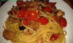Spaghetti au thon, tomates cerises, olives noires et basilic