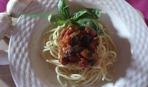 Spaghettis à la sauce tomate et à la tapenade
