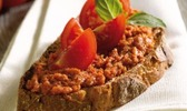 Tartines de thon, tomates cerise et basilic