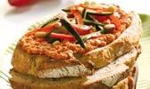 Tartines de feta, pignons de pin, courgettes et poivrons grillés
