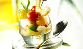 Billes de mozzarella, avocat, tomates et crevettes au coulis de crustacés