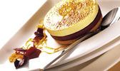 Crème brûlée à la liqueur d'orange sur ganache au chocolat et petit sablé  avec la crème brûlée président professionnel
