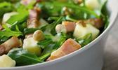 Salade de roquette, pommes et dés de lardons