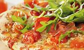 Pizza aux tomates-cerises, jambon croustillant et roquette
