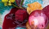 Betterave rouge soufflée en sucre pulpe de pruneaux moelleux, mousse péché mignon