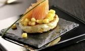 Blinis de grains de maïs aux pommes des champs et saumon fumé