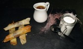 Bonbons de dattes farcis aux amandes, écume de chèvre à la fleur d'oranger, caramel au raz el hanout