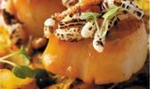 Coquilles saint-jacques 'doce de leite' avec épices brésiliennes et pop-corn de riz sauvage