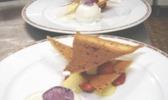 Croustillant aux fraises de port d'agrès, vanille légère et piment d'espelette, glace au sureau