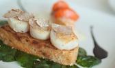 Focaccia de saint-jacques de la baie de seine aux truffes d'alba et jus de balsamique, salade de pousses d'épinards et patates douces