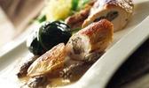 Suprême de pintade farci aux morilles, bourse de blettes à la truffe et au foie gras, salade d'herbes